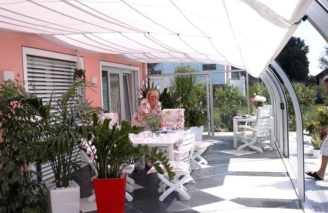 Terrassenüberdachung mit Markisen als Sonnenschutz